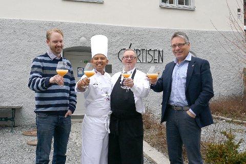 KONGENS LUNSJ: Saugbrugs HR-sjef Henrik Bjørneby (fra venstre), kokk Sebastian Engh, servitør Kjell Riise og ordfører Thor Edquist er klare for å ta i mot kong Harald mandag.