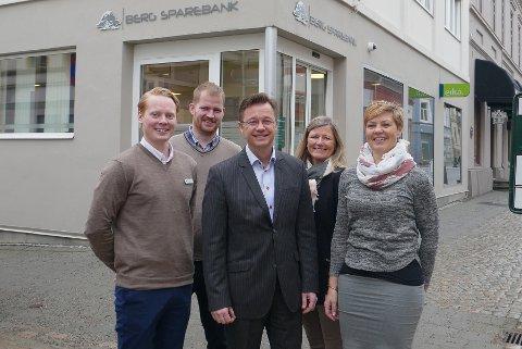 BERG SPAREBANK: Banksjef Jørn Berg omkranset av ungdomsrådgiver Andreas Tjernes (fra venstre) og kunderådgiverne Martin Sandberg, Tone Finstad Torget og Merete Dammyr.