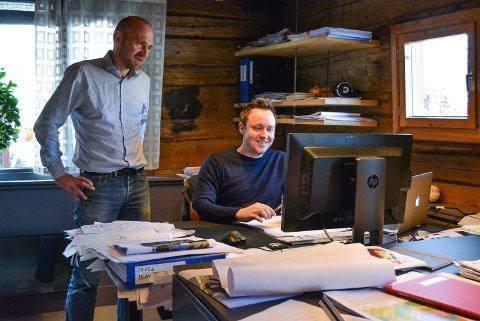 TRAVLE TIDER: SG arkitekter har lagt bak seg et rekordår. Daglig leder Markus Linge (t.v.) og kollega Jon Bech Larsen er med og tegner blant annet nye Idd skole.