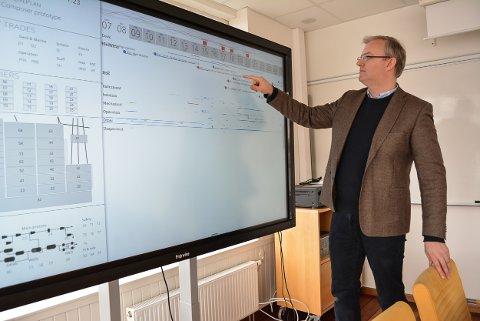 BERØRINGSSKJERM: Ved å trykke rett på skjermen er det enkelt å navigere i Visavi Live plan som Gisle Andresen (bildet) og Øystein Veland har utviklet.