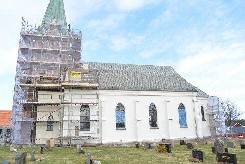 HELT NØDVENDIG: Asak kirke restaureres for 5,8 millioner kroner. Det var helt nødvendig på grunn av feil bruk av akrylmaling utvendig for flere år siden. Gammel murpuss og maling til venstre, nyrestaurert kirkevegg til høyre.