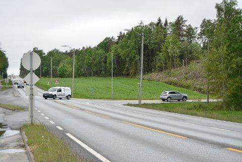 TRAFIKKUHELL: I dette veikrysset kjørte en mann inn i en annen bil da han kjørte ut fra Sponvikveien og ut på riksvei 118 i retning Halden. Han lot være å stoppe. Kvinnen i bilen som ble påkjørt, ble så frustrert at hun la ut en melding på Facebook i håp om at noen av dem som var vitne til uhellet, hadde notert seg registreringsnummeret på bilen som forsvant.