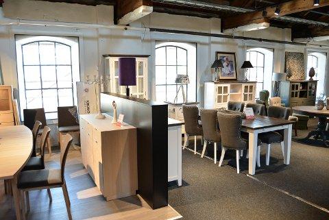 KONTRASTER: Trebjelkene i taket og de gamle origianle vinduene står i kontrast til Fagmøbler moderne møbelutvalg.