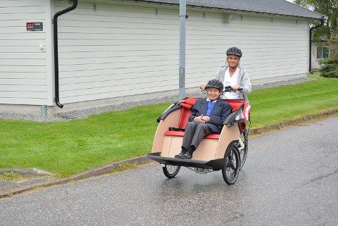 PRØVETUR: Marie Patswa (93) var den aller første som fikk sitte på med Marianne Fjeld da de nye elektriske taxisyklene ved Karrestad eldresenter og sykehjem skulle testes. – En fin opplevelse, var dommen fra dem begge to.