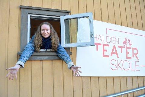 NYUTDANNET, MEN ERFAREN: Maren Eikli Hiorth  var engasjert som teaterpedagog under årets kultursommerskole. Her ble hun kjent med Halden, Kulturkvartalet og flere av elevene ved Halden Teaterskole. – Det er da jeg forsto begrepet kulturkvartalet i Halden; her ligger jo alt i nær tilknytning til hverandre midt i sentrum og mulighetene er mange, sier pedagogen.