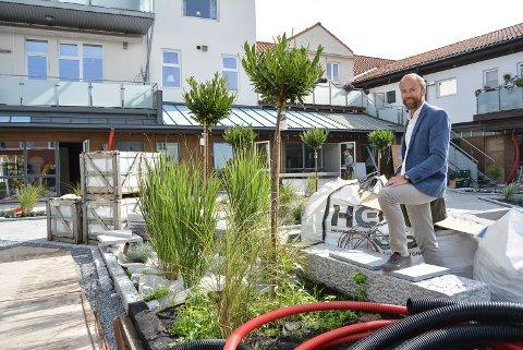 EIER OG UTVIKLER: Thore Lærum er snart klar med 10 nye av totalt 25 leiligheter på Lilletorget hage. – Innen 1. oktober har vi nok hatt vår første visning, antar han.