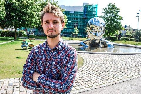 ØSTRE BYDEL: Freddy Øvstegård vokste opp i Østre bydel i Sarpsborg. Han synes det er flott at området har blitt rustet opp, blant annet med Genesis-statuen.