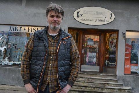 GÅR RUNDT: Tom-Albert Moeskau er daglig leder hos Kamperhaug jakt, fiske og fritid ved Busterudparken. Etter at de nye eierne tok over i mai i 2017, har de blant annet tenkt til å satse på nettbutikk ved siden av vanlig butikkdrift.