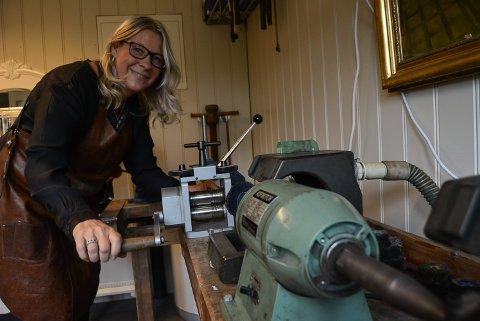 TRIVES MED NYTT YRKE: Gullsmed Camilla AS eies og drives av Camilla Thomsen Meyer som tok gullsmedutdannelse i voksen alder. - Jeg har tatt med meg formidlingsgleden og -fokuset fra jobben som spesialpedagog, sier hun.