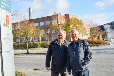 VIL HOLDE TRYKKET OPPE: Tor Frydenberg (t.v.) og Jan-Erik Erichsen i Halden næringsråd er opptatt av at vgs-tilbudet i Halden ikke blir en halvgod løsning for at fylkeskommunen skal spare penger. Lokalene som er aktuelle å leie fra Porsnes Utvikling A,S er deler av murstensbygningen i bakgrunnen.
