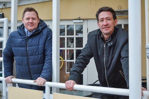 TAR SATS VIDERE: Bjørn Arne Eikrem (t.v.) og broren Kaare Olav Eikrem overtar Grand bar 1. mars. Fra før driver de Dickens. – Vi ser det som en stor fordel å ha flere ben å stå på, sier de. I tillegg til baren disponerer de kjøkkenet, ølkjelleren og to stuer.