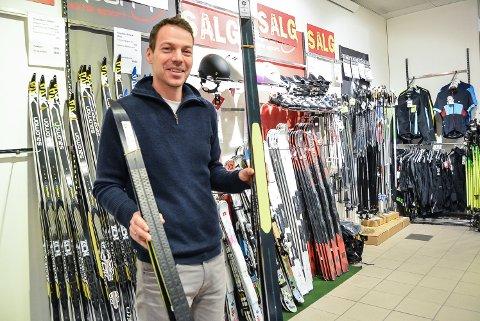 «ALLE» VIL HA FELLSKI: Atle Simonsen hos Sport Senteret har opplevd stor pågang etter ski i vinter. – Det har vært som å ha julesalg hver dag, sier han.