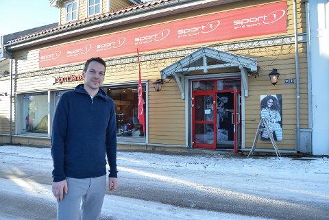 VIOLGATA: Sportsbutikken i Violgata har overlevd i 26 år selv om de større sportskjedene legger ned i Halden. Daglig leder Atle Simonsen forteller de er flinke til å drive sunt. Og legger ikke skjul på at de sparer mye penger på lønninger.