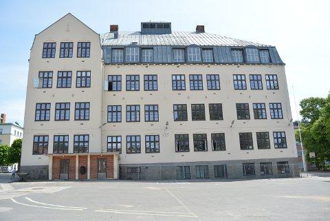 FOR FALL: Skolebygningen fra 1914 skal rives for å gjøre plass til ny skole.