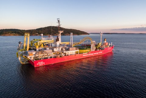 STOR FARKOST: C/S Nexans Skagerrak er et varemerke for kabelfabrikken Nexans Norway AS. Skipet anløper fabrikken cirka fem ganger i året.  C/S Nexans Skagerrak loaded with cables for the SOBI project (Strait of Belle Isle) on it's way from Halden to Canada.