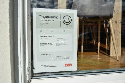 VELLYKKET KONTROLL: Kokkekollektivet ved Haakon Selmer-Olsen og Robert Aksmo fikk smilefjes på sin første hygienekontroll fra Mattilsynet.