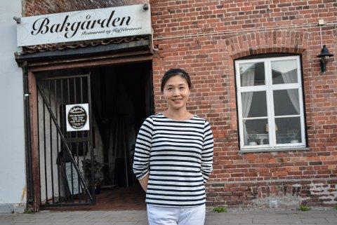 DRIVER GODT: Candy Yu og ektemannen Hongyu Shan driver Bakgården Restaurant. I 2017 var deres driftsselskap, Willmax AS, det AS-et i restaurantbransjen i Halden og Aremark som gikk med størst overskudd. – Vi jobber hardt og motiveres av gjester som er fornøyde etter gode matopplevelser hos oss, sier Yu.