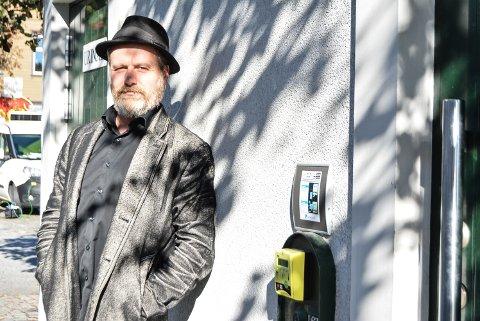 FØRSTE GANG: Det er en første for alt. Frank Skovrand fikk ja på sin aller første søknad til NOPA om skriveopphold i Italia. Han har også vunnet vårens visetekstkonkurranse i fagbladet viser.no, Norsk viseforums nettsted. I tillegg foreslo han utsiden av byens offentlige toalett som bakgrunn for artikkelens bilde, og er antakelig den første som blir avbildet i HA på akkurat dette stedet.