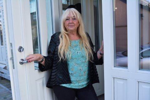 TRUET: Liv Anne Fossbråten ble oppsøkt av to menn som fremsatte trusler mot henne på grunn av engasjementet hun har hatt mot riving av Os skole. – Jeg har politianmeldt truslene og nå blir det kameraovervåkning utenfor boligen vår, sier hun.