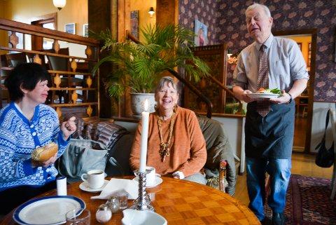 KOSELIG: Sverre Stang serverer stamgjestene Regi Dahlman og datteren Lisa. – Vi er her hver eneste fredag og vi er veldig glad i Sverre, sier de.