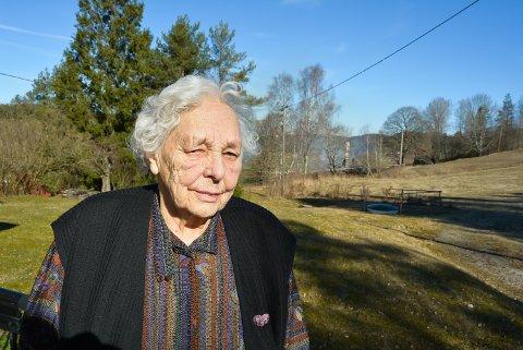 BLE REDD: Else Engebretsen (93) var den første som oppdaget brannen i nabohuset. Det ryker fortsatt fra brannstedet mandag formiddag.