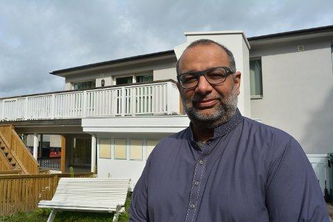FØLGER SMITTEVERNET: Shan Salman Ibrahim Butt ved Halden Moskè er klar på at alle smittevernregler er blitt fulgt av brukerne av moskeen. - Hensynet til helse og liv kommer foran alle typer samlinger, understreker han.