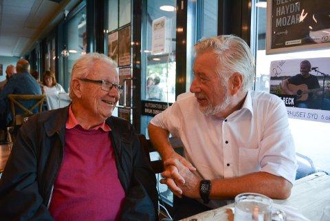 GJENSYN: John Erik Eriksen fra Halden og tidligere finansminister Sigbjørn Johnsen hadde et hyggelig gjensyn på Bryggerhuset under politisk bar onsdag kveld.