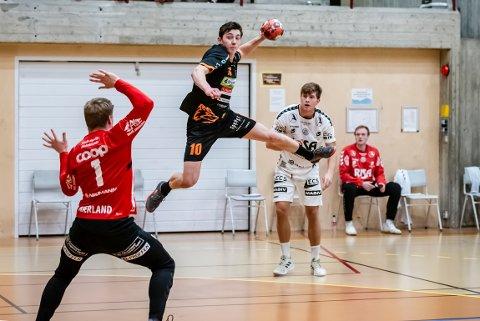 TAP: Kasper Lien og Halden Topphåndball tapte 26-28 i den viktige hjemmekampen mot Nærbø onsdag kveld.