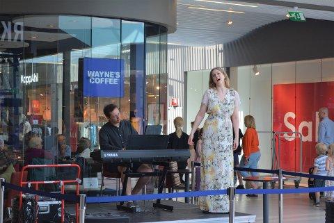 OPERA: Ida Gudim (tv) sang opera for de som var på Tistasenteret, Eirik Haug Stømner bisto med piano.