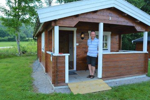 BRUKERVENNLIG: Øystein Jensen kastet seg om, og gjorde en av hyttene brukervennlig for rullestolbrukere.