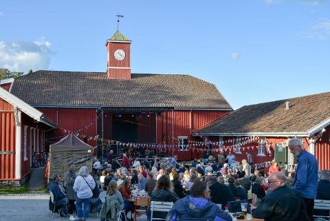 TOPP STEMNING: Herregårdskaféen var fylt opp med publikummere i godt humør, og dyktige artister.