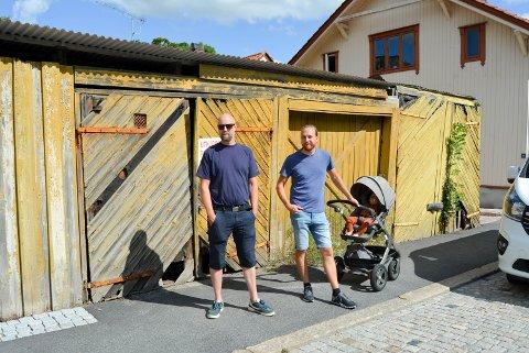 TRIST: Naboene som bor på Damhaugen syns det er trist at noen lar bygninger forfalle helt. Fv. Thomas Pedersen og Simon Øien.