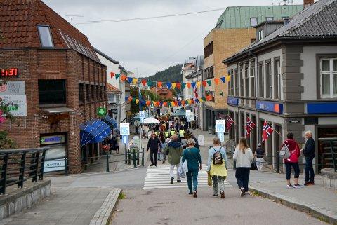FOLKSOMT: Mange hadde tatt turen til Sentrum, og høstmarkedet i Storgata.