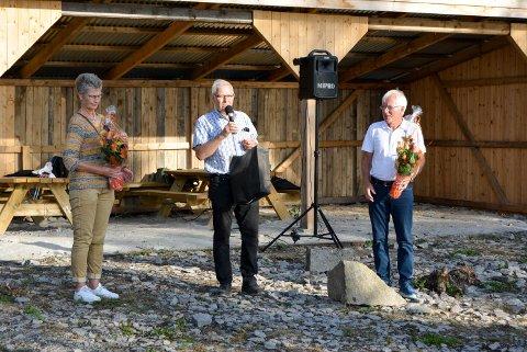 TAKKNEMLIG: Prosjektleder Arne Omholt var svært fornøyd med de økonomiske tilskuddene som har kommet inn til prosjektet. Fv. Reidun Nygaard (Berg Sparebank), Arne Omholt og Kjell Hagen (Sparebank1 Stiftelsen Halden).