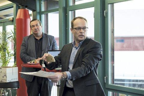 DEMONSTRERTE: Daglig leder i ElverumRegionen Næringsutvikling AS, Knut Henrik Aas (foran), demonstrerte VR og AR sammen med EON Reality Inc-direktøren for forretningsutvikling, Mikael Jacobsson.