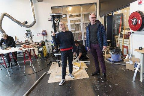 SAMARBEID: Teater Innlandets teatersjef, Janne Langaas, og Sparebanken Hedmarks markedssjef, Tore Sletvold, går sammen om å gi teateropplevelser til barn og ungdom. Foto: Jo E. Brenden
