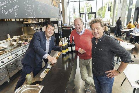 NYSKAPENDE MIDDAG: Valuta-innehaver Hai Hang, olivenolje- og vinekspert Jørgen Lund og daglig leder av Lutefiskfestivalen, Oddvar Hemsøe. Foto: Jo E. Brenden