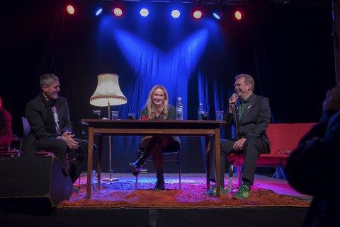 På direkten: Lars Eikemo, Marit Eikemo og Frode Grytten fekk fram latteren på laurdag. Men òg alvorlege tema var oppe under det store talkshowet i Lindehuset. Grytten har skrive novellesamlinga Menn som ingen treng, der ei novelle handlar om ein med bilkrasj som leveveg.