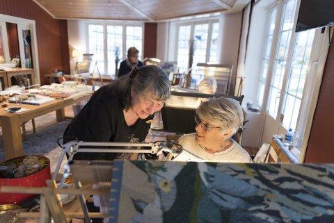FOR 14. GONG: Kurshaldar Grete Møllendal Hereid, kvinna bak Hardanger Flid hadde kursveke i Eidfjord for 14. gong førre veke. Sjølv heldt ho kurset i ruteåklevev. Ragnhild Ellingsen var med på kurset for tredje gong. Ho er frå Austlandet og var ei av 11 som budde på Quality Hotel Vøringfoss, der og sjølve kurset gjekk føre seg.