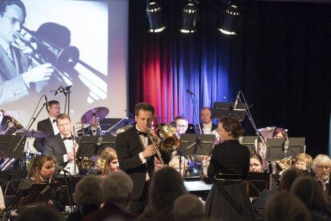 Storband i storform: Dirigent for Voss Musikklag, Håvard Funderud, serverte soloinnslag på trombone. Silje Hveem (t.h.) er dirigent for Hardangerbrua Musikklag.