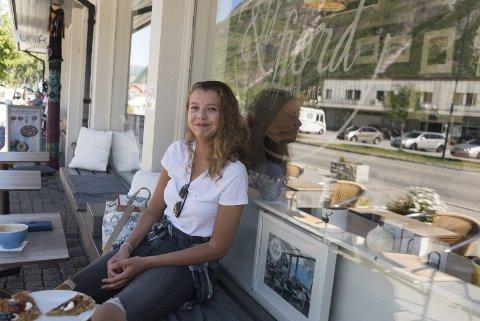 Klar for ny skule: Karoline har overvekt av karakteren 6 på vitnemålet frå Lægreid skule i Eidfjord. – Eg har lyst å skaffa meg ein spennande jobb, seier ho.
