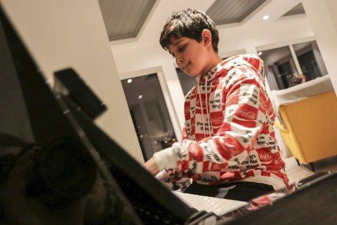 Piano: David Buta hevda seg sterkt i konkurransen mot nokre av dei flinkaste ungdommane i landet. Her øver han heime i stova på Kalvanes. Foto: Synnøve Nyheim