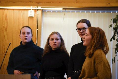 Presenterte seg: F.v. Mathea Viveli, Hedda Djønne Eriksen, Matilde Myklatun Hole (nestleiar) og Emilie Viveli Tveit (leiar) frå Eidfjord ungdomsråd var på talarstolen i kommunestyret. Foto: Eli Lund