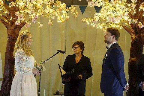 I Mikkelparken: Solfrid Borge (Sp) er den av ordførarane som har vigla flest. Her Gurine Ravndal og Dag Instanes.  Foto: Privat