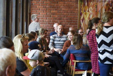 På tilhøyrarbenken: Skulesaka fekk svært mange til å ta turen til heradsstyresalen i Kinsarvik. Foto: Eli Lund