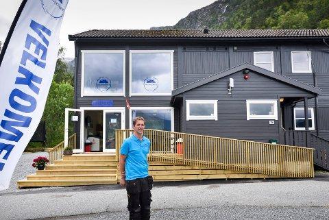Stian Ekornrød utanfor resepsjonen til Hardangerpark i Kinsarvik.