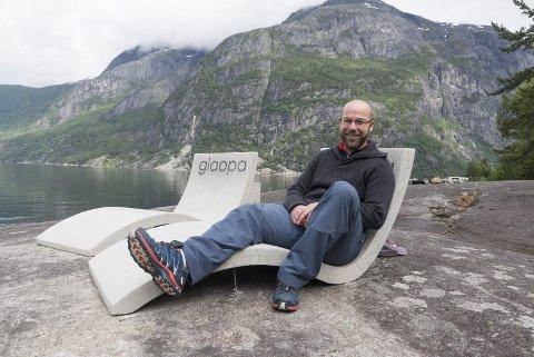 Frode Eriksen vil ikkje lenger vera turneringsleiar for Eidfjord småbanecup. Han trur det trengst både nye krefter og endra styremåte. På biletet sit han i solstol på Kråkeskarvet dagen før cupen i 2017.