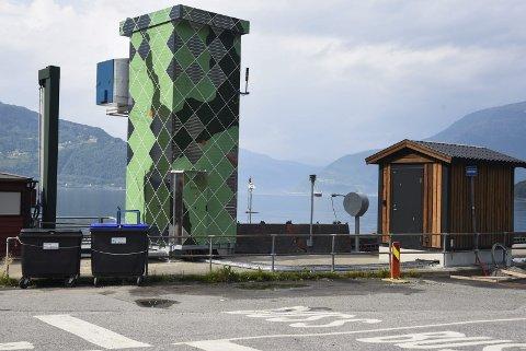 Ferjekaien: Både her i Kinsarvik, på Utne og i Kvanndal har det kome opp ladetårn og annan infrastruktur. Men framleis nyttar ferjene i stor grad diesel på overfarten.