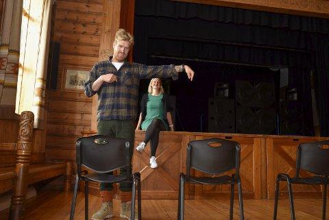 Slik: AK og Therese hadde oppteljing av kor mange personar dei får plass til på Krossvoll med  éin meter mellom kvar stol. Foto: Eli Lund