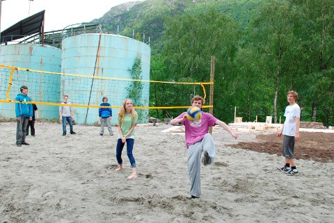 Sandvolleyball: Ny bane på Smelteverkstomta takket være elevenes innsats. Fra HF 20. juni 2011.